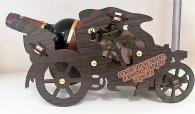Бутилка с пожелание на дървена поставка мотор
