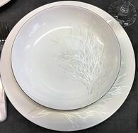 снимка на Бял костен порцелан чинии със златен кант