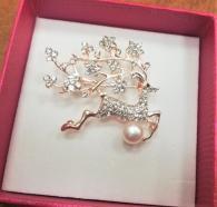 снимка на Брошка елен с перла