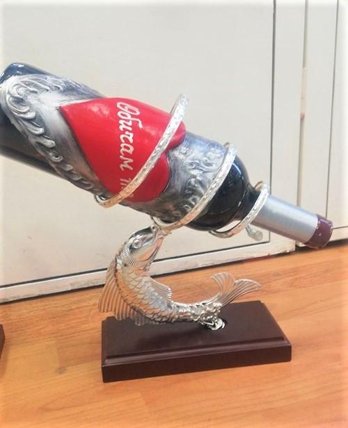 Бутилка вино със сърце и поставка сребърна риба