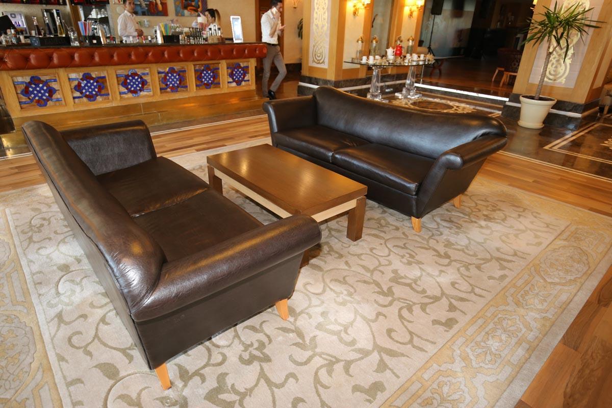 снимка на Кожен диван със заоблена облегалка