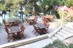 снимка на здрави дървени столове за градини