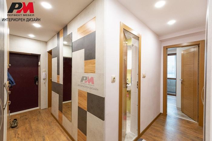 снимка на Модерен интериорен дизайн на антре и коридор с дървени финиш