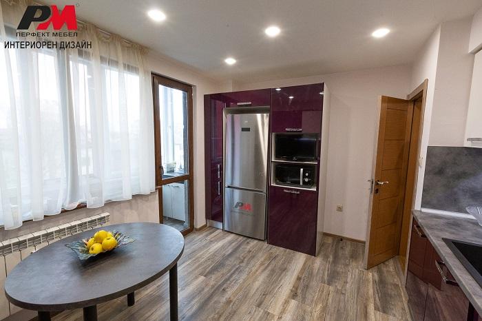 снимка на Голяма кухня в съвременен стил интериор на апартамент