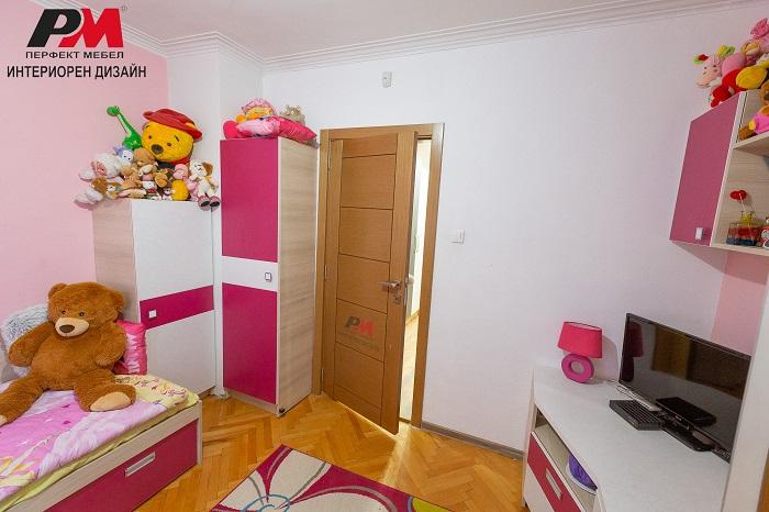 снимка на Малка детска стая с практичен интериорен дизайн
