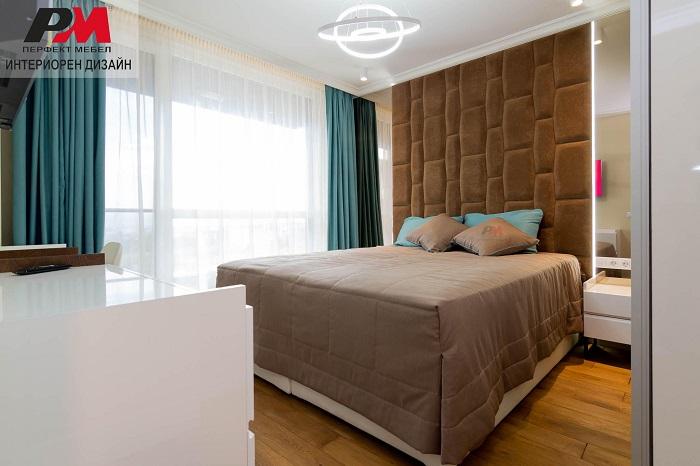 снимка на Елегантен и изтънчен дизайн на съвременна спалня в топли тонове и тюркоаз