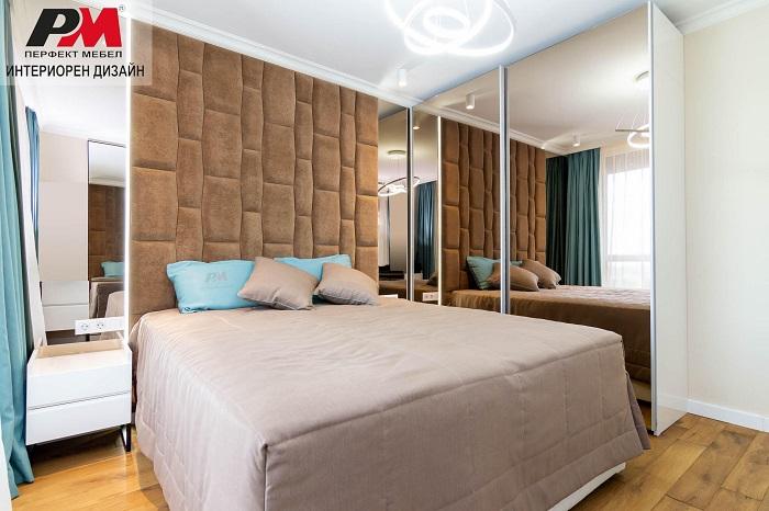 снимка на Луксозен интериор на спалня в стилни пастелни тонове и огледални повърхности