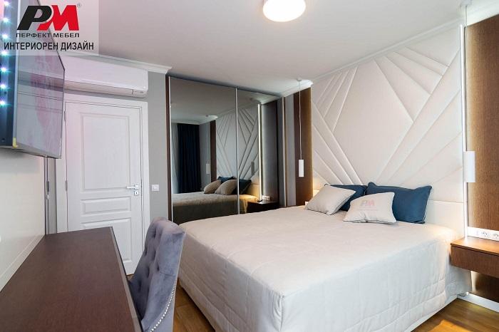снимка на Модерна спалня в бяло и дървесен фладер с нежно оригинално излъчване