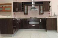 Кухня с масивни вратички
