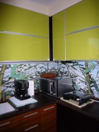снимка на Кухня в зелено, кафяво и черно от МДФ, ест. фурнир, зебрано