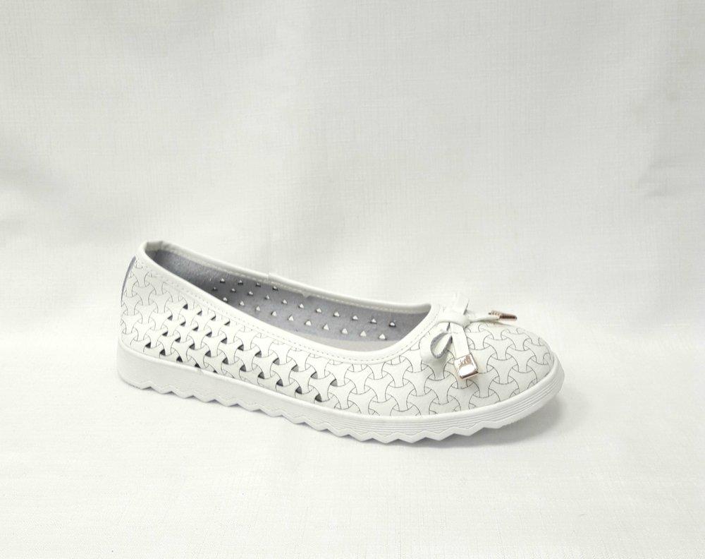 снимка на Бели дамски кожени обувки на дупки.