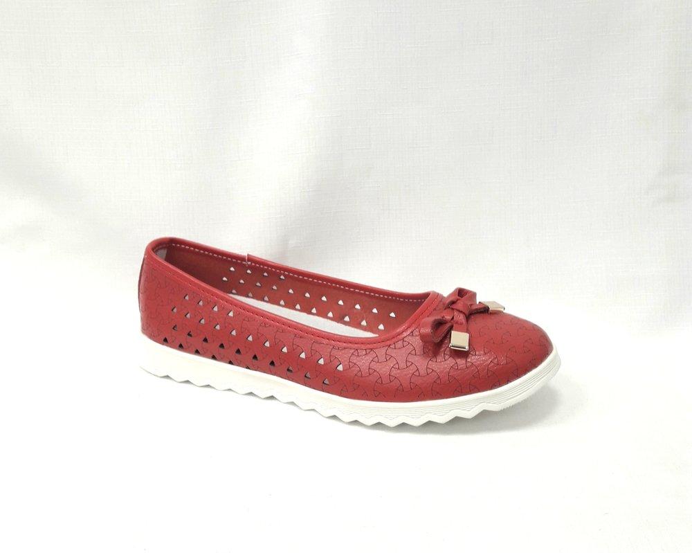 снимка на Червени дамски кожени обувки на дупки.