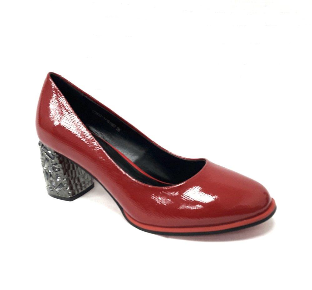 снимка на Елегантни дамски обувки от естествен лак в червено.