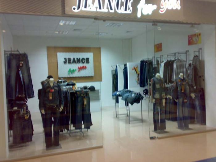 Обзавеждане на магазини за дрехи със щандове по поръчка