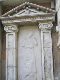 Изработка на барелефи от камък