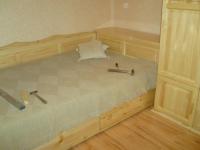 Спално легло от естествен масив